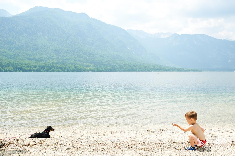 bambino al lago con cane_DSC5820-3