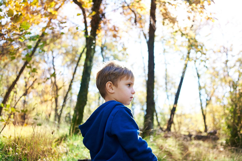 Bimbo di profilo tra le foglie sul Volnik/lanaro_DSC3214